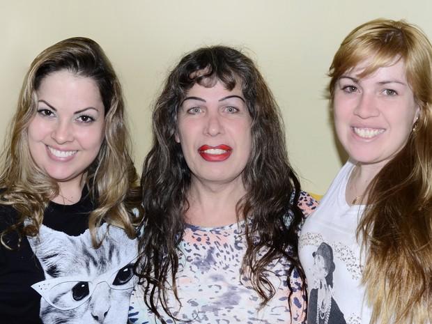 Katielly Lanzini, no centro, faz questão de ser chamada de pai pelas filhas Lisandra (à esquerda) e Lisiane (Foto: Arquivo Pessoal)