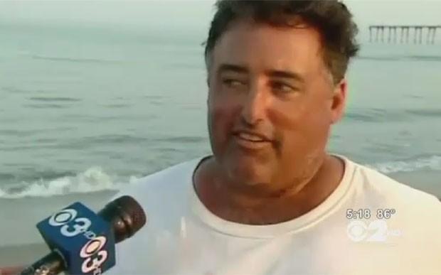 Tony Cutugno fisgou o tubarão em Ocean City, no estado de Nova Jersey (EUA). (Foto: Reprodução)