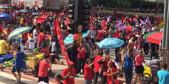 Militantes do PT ocupam a Avenida Paulista. Manifestação pró-governo está marcada para esta sexta-feira (18) à tarde (Foto: Juca Varella/Agência Brasil)