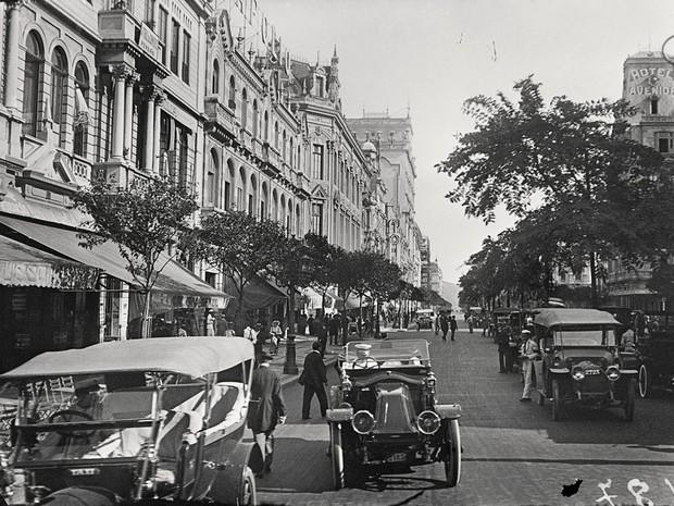 Imagem registrada por Alberto de Sampaio na Avenida Rio Branco, em 1915 (Foto: Centro Cultural Correios Rio / Divulgação)