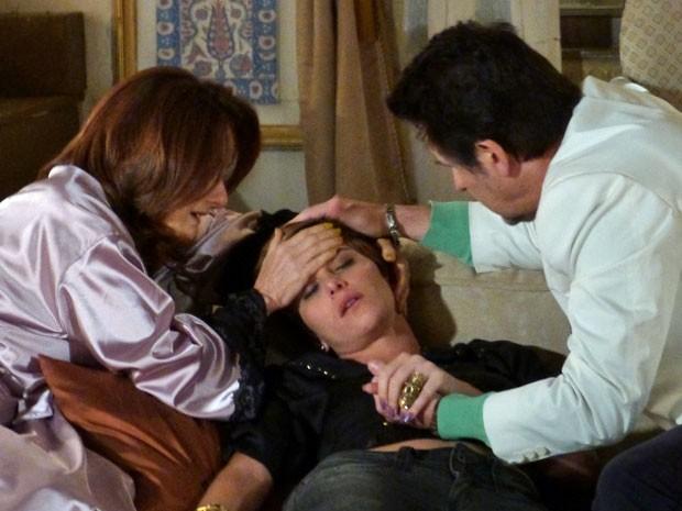 Aisha desmaia ao voltar do sequestro relâmpago (Foto: Salve Jorge/TV Globo)