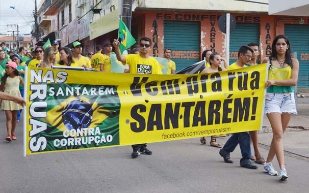 Manifestantes carregam cartaz do Movimento 'Vem pra rua Santarém' (Foto: Larisse Caripuna/G1)