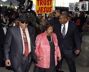 Joe e Katherine Jackson chegam ao julgamento de Conrad Murray (Foto: Reuters)