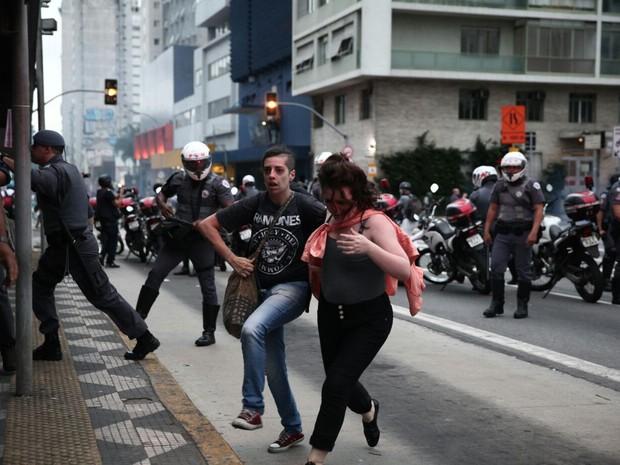 Dupla foge de bombas em 2º protesto contra o aumento da tarifa (Foto: Marcelo Brandt/G1)