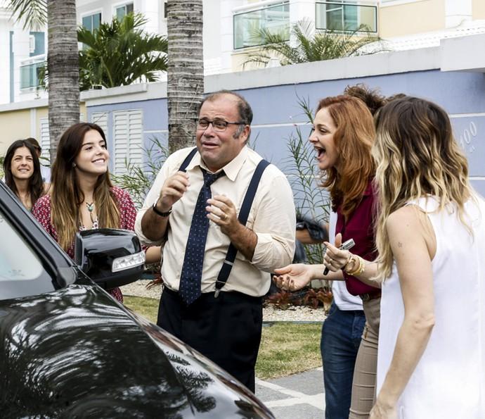 Otávio Müller em cena divertida com as atrizes Giovanna Lancellotti e Alexandra Richter (Foto: Ellen Soares/ Gshow)