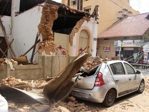 Carros estacionados ao lado da residência, no Centro de Teresina, ficaram danificados (Foto: Samantha Araújo/G1)