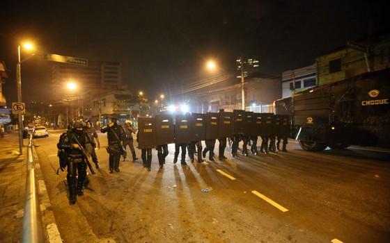 Policiais militares da Tropa de Choque tentam dispersar manifestantes no entorno do Largo da Batata, em Pinheiros,São Paulo, durante ato contra o presidente Michel    (Foto: ALEX SILVA/ESTADÃO CONTEÚDO)