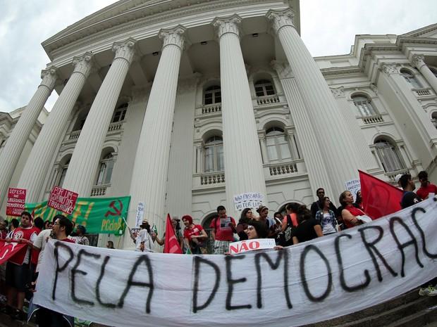 CURITIBA: Manifestantes exibem cartazes durante protesto pela democracia e contra o impeachment da presidente Dilma Rousseff em Curitiba (Foto: Heuler Andrey/AFP)