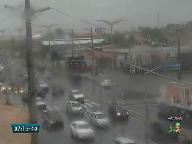 Trânsito na Avenida Alberto Craveiro ficou ainda mais congestionada com a chuva (Foto: Reprodução/TV Verdes Mares)