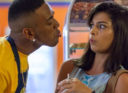 Cleyton joga charme e tenta beijar Krica