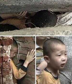 Menino de 5 anos fica preso em fenda entre paredes na China (CCTV/Reuters)