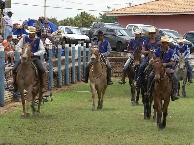 Famílias inteiras comparecem para conferir de pertinho a competição (Foto: Reprodução / TV TEM)