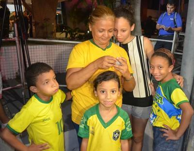 Raimunda Nascimento levou os netos para ver jogadores de Honduras (Foto: Silvio Lima)