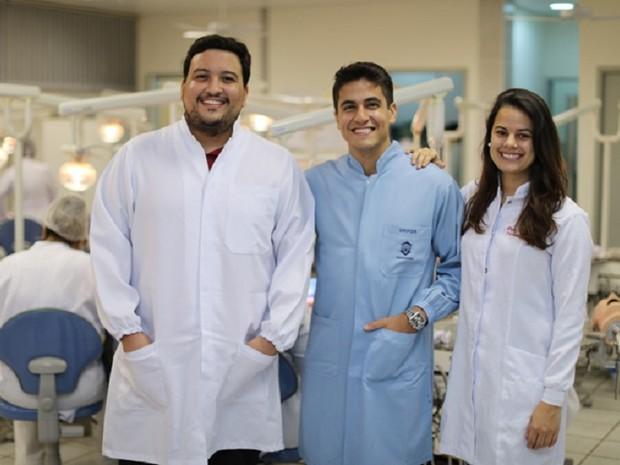Fernando Tabosa (aluno do curso de odontologia), Marcelo Vitoriano (professor do curso de odontologia) e Luana Almeida (aluna do curso de odontologia) são alguns dos idealizadores do projeto (Foto: Ares Soares/Unifor)