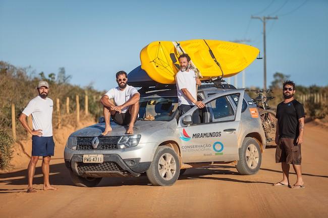 Os miramundos Rafael Duarte, Jaime Portas Vilaseca, Flavio Forner e Pedro Serra posam em frente ao carro da equipe no último dia da expedição Abrolhos - Terra e Mar