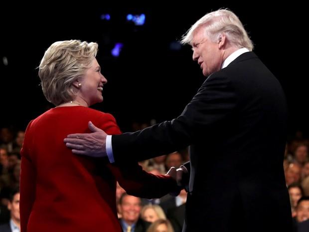 Hillary Clinton e Donald Trump, candidatos à presidência dos EUA, durante início do debate em Hempstead, no estado de Nova York, nos Estados Unidos (Foto: Joe Raedle/Pool/Reuters)