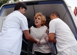 Bárbara é internada em clínica (Foto: Sangue Bom/TV Globo)