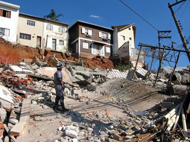 Casas à beira de obra que desabou tiveram que ser interditadas (Foto: Fabiano Correia/ G1)