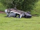 Carro capota e motorista fica ferido em Marília
