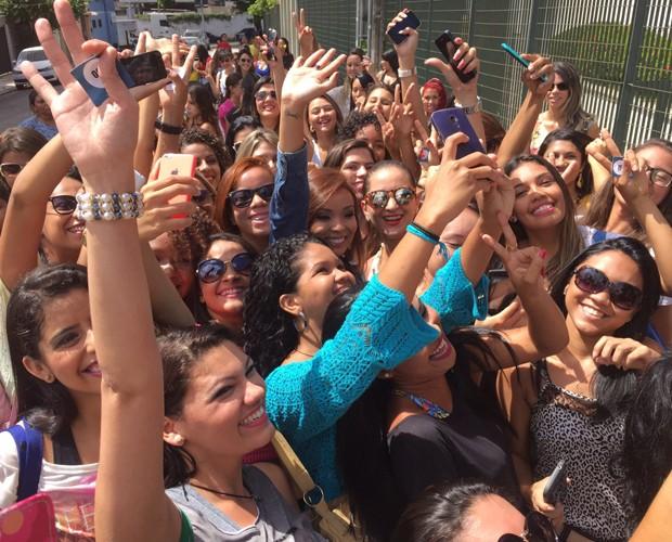 As candidatas cercam Carol Nakamura para tirar uma selfie com a japa (Foto: Arquivo Pessoal)