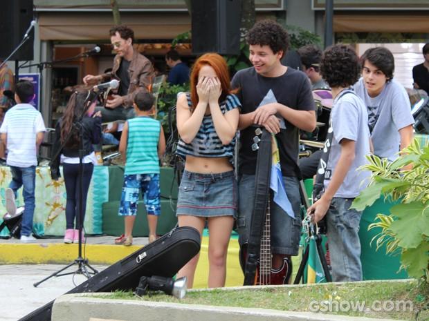 Giovana mal acredita na presença de Nando Reis por ali (Foto: Malhação / TV Globo)