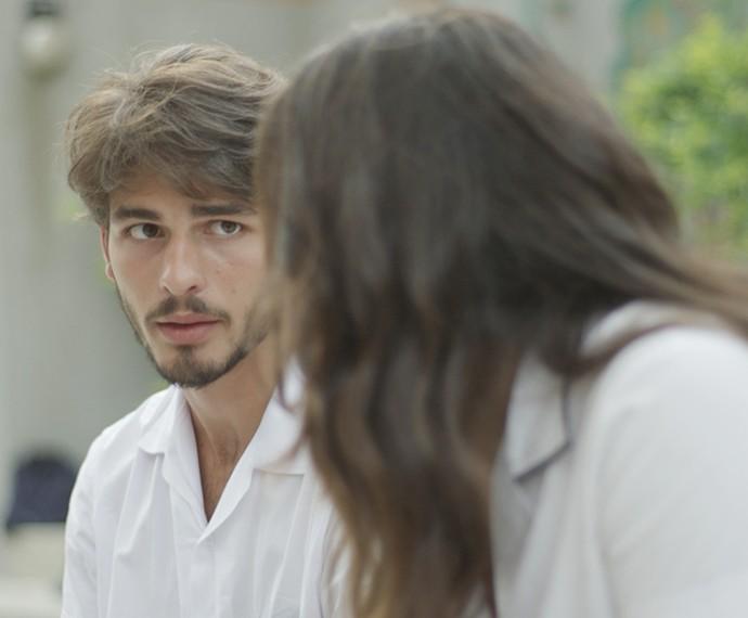 Roger não quer que Rodrigo saiba do lance dele com Lívia (Foto: TV Globo)