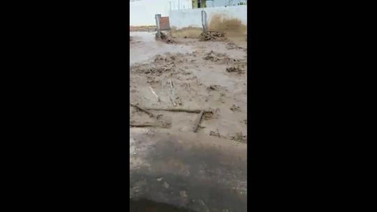 Açude se rompe e espalha lama por ruas de Igreja Nova, AL