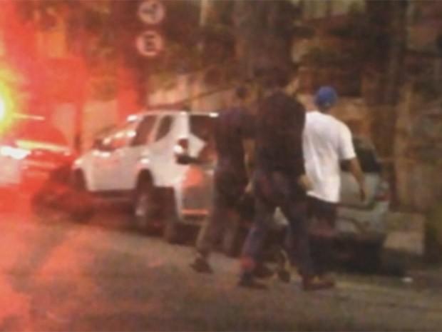 Policiais civis capturaram traficante e pediram dinheiro para liberá-lo (Foto: Reprodução/TV Globo)