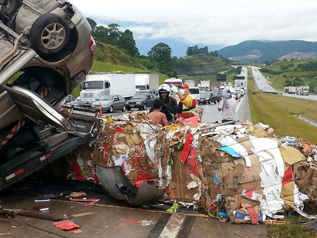 Acidente entre caminhão e carro deixa 3 feridos no Rodoanel (Foto: Leonardo Holanda/EPTV)