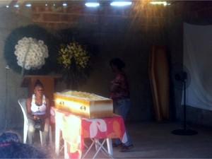 Enterro aconteceu nesta sexta-feira (31) em cemitério de Campos (Foto: Priscilla Alves/ G1)