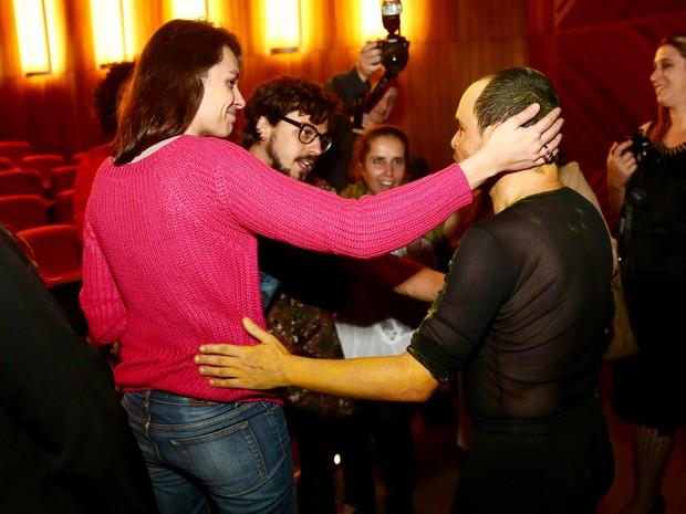 Monica Iozzi e o namorado, Felipe Flores, com Matheus Nachterhaele em estreia de peça em São Paulo (Foto: Manuela Scarpa/ Brazil News)