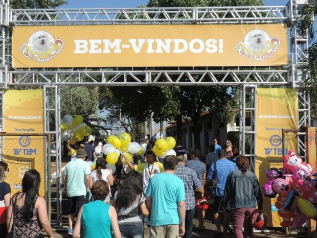 Público começa a chegar no recinto de exposições em São José do Rio Preto (Foto: Diogo Marques/G1)