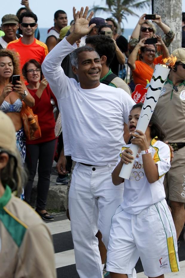Romário com a filha, Ivy, conduzindo a tocha olímpica no Rio (Foto: Rafael Cusato/Brazil News)