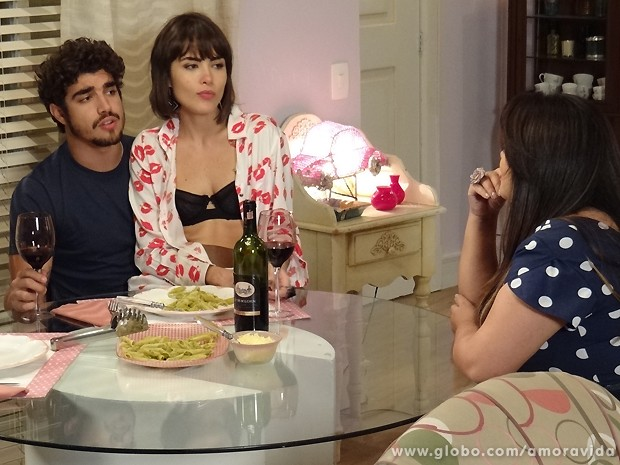 Na maior cara de pau, Michel e Patrícia saboreiam o macarrão de Perséfone (Foto: Amor à Vida / TV Globo)