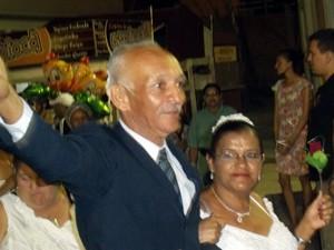 Erivani de Almeida e Marilani de Figueiredo, ambos com mais de 50 anos, resolveram selar a união na noite desta quarta-feira (12) no Parque do Povo (Foto: Rafael Melo/G1)