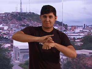 Álvaro Ferreira, intérprete de Língua Brasileira de Sinais (Libras) (Foto: Reprodução/ G1)