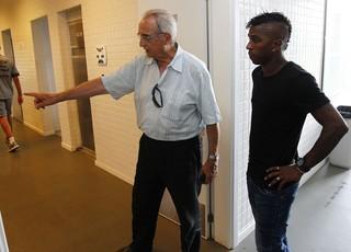Miller Bolaños conhece as instalações do Grêmio no CT Luiz Carvalho (Foto: Lucas Uebel / Grêmio, DVG)