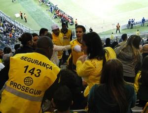 seguranças torcedor lugar errado Mineirão Brasil x Chile (Foto: Valeska Silva)