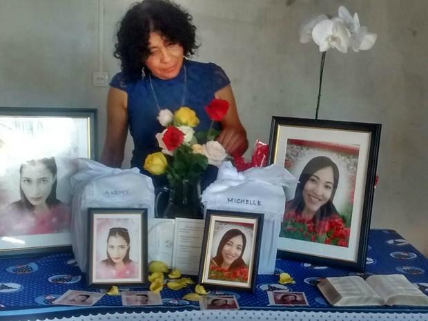 Maria com as urnas das cinzas das filha e a bíblia que trouxe do Japão (Foto: Osvaldo Nóbrega/ TV Morena)