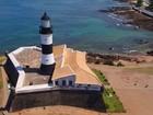 Com lente centenária, Farol da Barra atrai turistas no verão de Salvador
