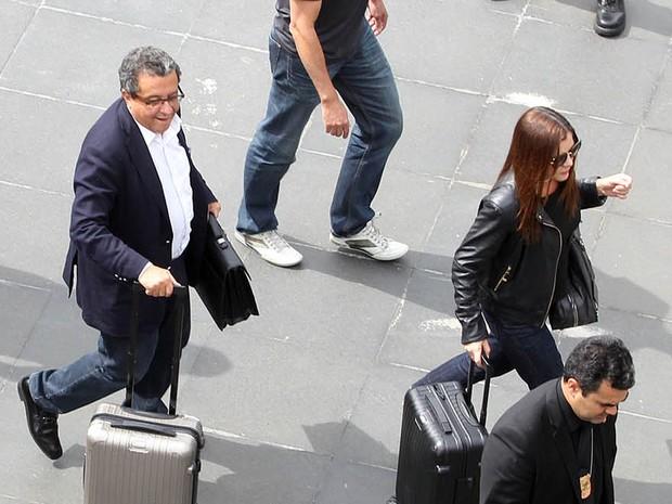 João Santana, marqueteiro do PT desembarca no Aeroporto de Cumbica, em Guarulhos, acompanhado de sua mulher Monica Moura e de agentes da Polícia Federal, um dia depois de ter a prisão decretada pela Justiça (Foto: Felipe Rau/Estadão Conteúdo)