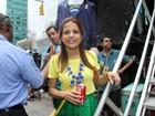 De verde e amarelo, Nívea Stelmann participa do Brazilian Day em NY