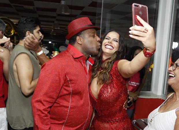 Aílton Graça e Viviane Araújo posam para selfie (Foto: Thyago Andrade/Brazil News)