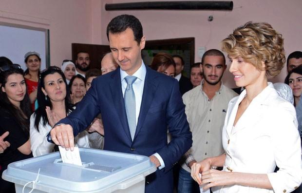 O chefe de Estado sírio, Bashar al-Assad, vota nesta terça-feira (3) com a esposa Asma no centro de Damasco durante as eleições presidenciais sírias  (Foto: The Official Facebook Page For The Presidency Of The Syrian Republic/AFP)