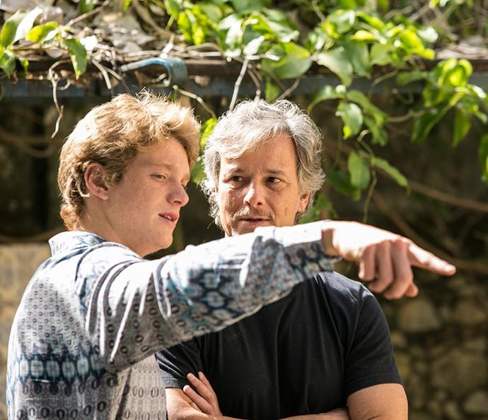 Pedro mostra para Marcello Novaes as marcações de sua primeira cena em 'Sol Nascente' (Foto: Raphael Dias / Gshow)