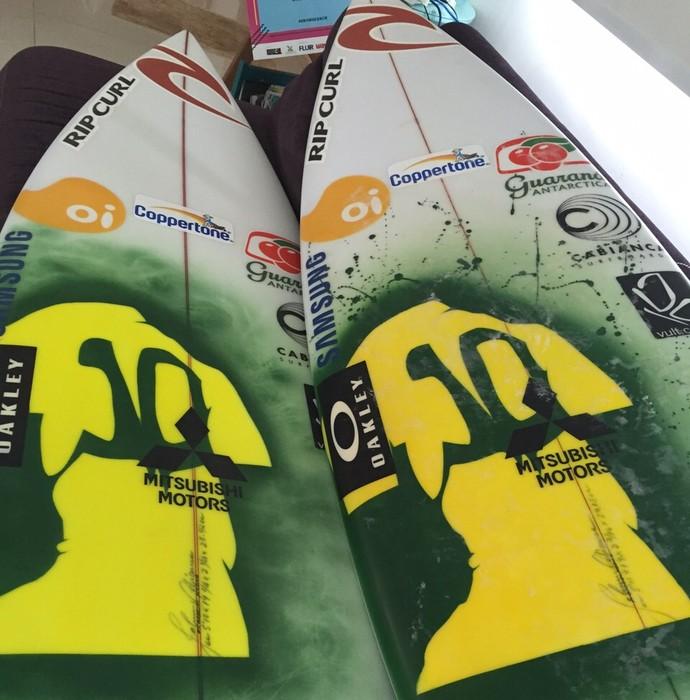 """Gabriel Medina apresenta nova prancha com o desenho de """"camisa 10"""" que usará na etapa brasileira do Circuito Mundial (Foto: Divulgação)"""