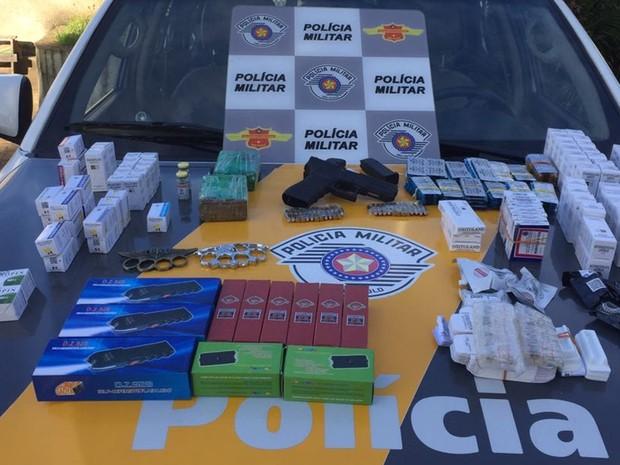 Pistola, drogas, munições e anabolizantes foram apreendidos pela polícia (Foto: Divulgação/Polícia Militar Rodoviária)
