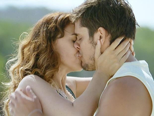Natália faz as pazes com Juliano  (Foto: Flor do Caribe/TV Globo)