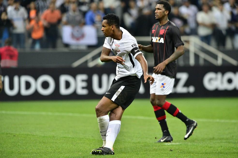 Jô chuta para marcar o segundo gol do Corinthians contra o Atlético-PR (Foto: Marcos Ribolli)
