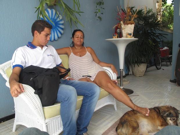 Jussara com o filho Matheus, que tinha 15 dias na madrugada da tragédia, e a cadela deles (Foto: João Bandeira de Mello/G1)